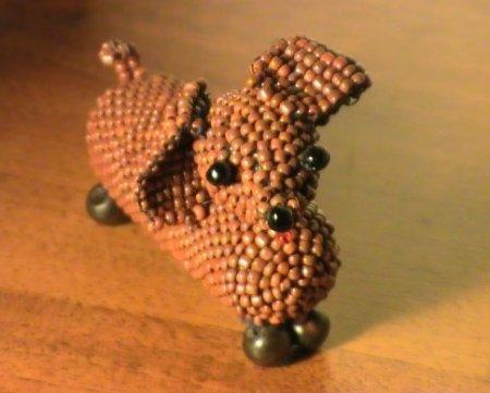 Потренироваться плести животных из бисера предлагаем на такой вот забавной и милой таксочке, которая наверняка найдет...