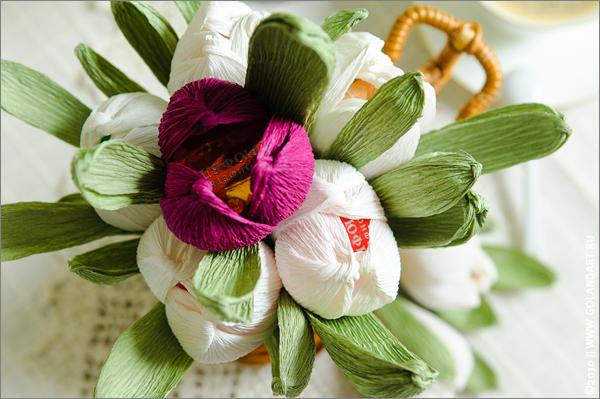 Цветы с конфетами из бумаги своими руками