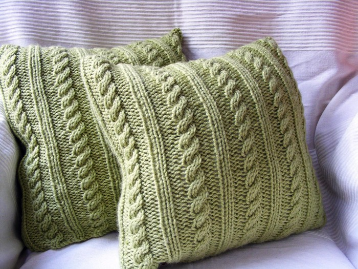 идеи по вязанию спицами мягких подушек для мебели